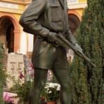 Il monumento nel cimitero di Monticelli D'Ongina